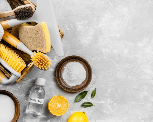 Vista superior de produtos de limpeza ecológicos em uma cesta com bicarbonato de sódio