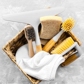 Vista superior de produtos de limpeza ecológicos na cesta