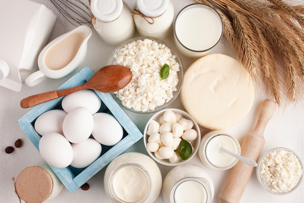 Vista superior de produtos lácteos e cereais