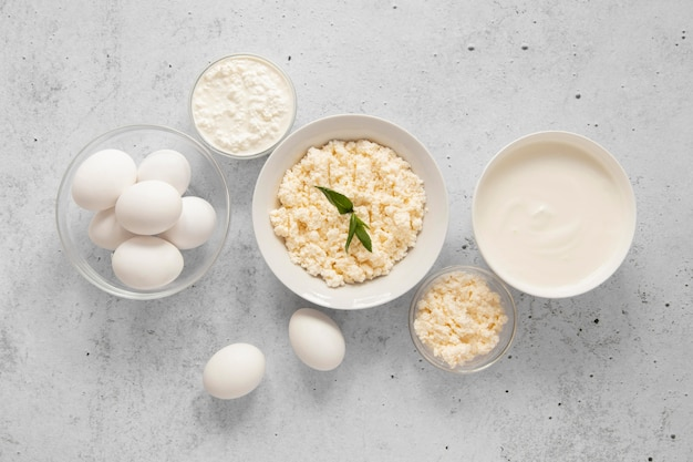 Vista superior de produtos lácteos e ovos