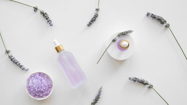 Vista superior de produtos para a pele com lavanda