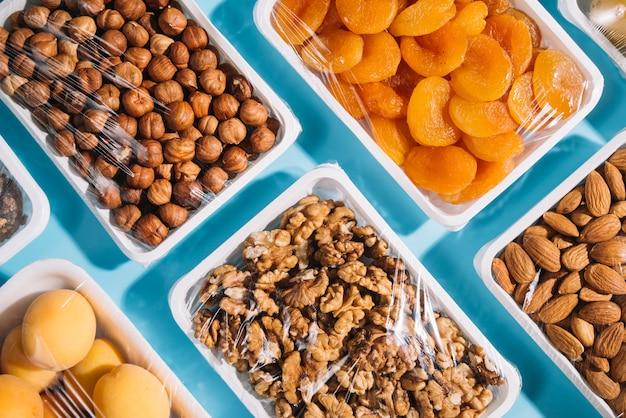 Vista superior de produtos saudáveis em recipientes de plástico