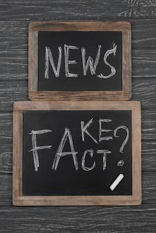 Vista superior de quadros negros de notícias falsas