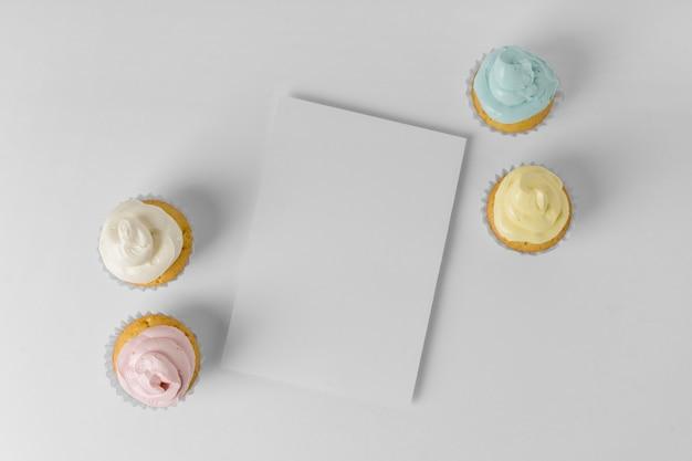 Vista superior de quatro cupcakes com embalagem e espaço de cópia