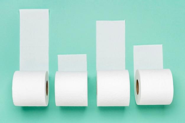 Vista superior de quatro rolos de papel higiênico