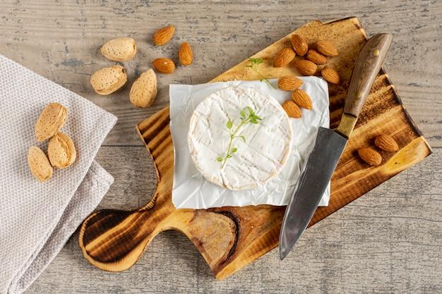 Vista superior de queijo brie e amêndoas