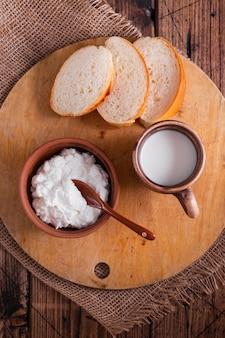 Vista superior de queijo com pão e leite