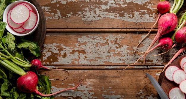 Vista superior de rabanetes na superfície de madeira