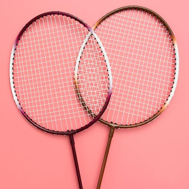 Vista superior de raquetes de badminton