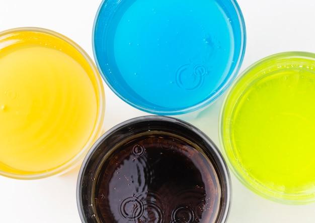 Vista superior de refrigerantes em copos