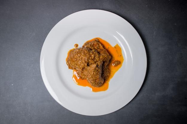 Vista superior de rendang no blackspace rendang é um autêntico prato de carne da indonésia
