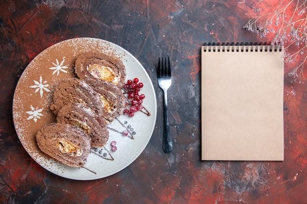 Vista superior de rolos de biscoito doce fatiados bolos cremosos
