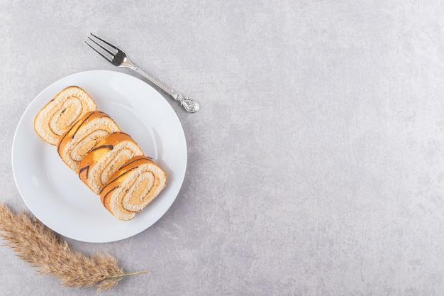 Vista superior de rolos de bolo caseiro em prato branco