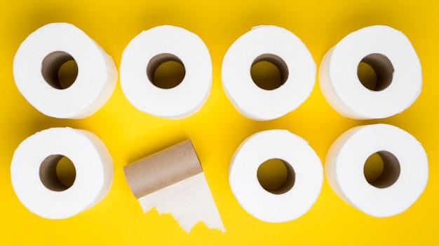 Vista superior de rolos de papel higiênico com núcleo de papelão