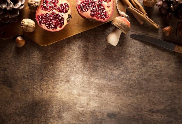 Vista superior de romãs de outono com cogumelos e espaço de cópia