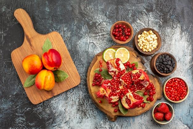Vista superior de romãs fatiadas com vários ingredientes