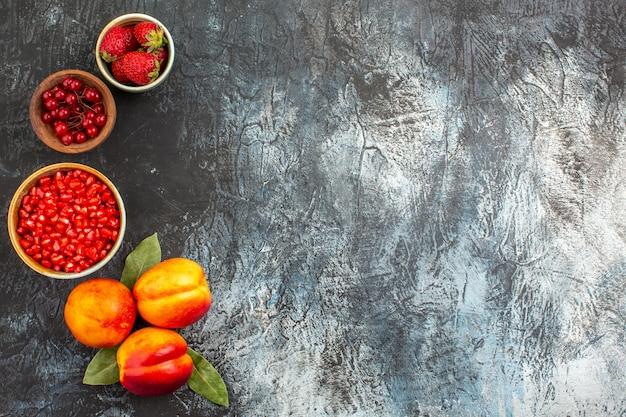 Vista superior de romãs frescas descascadas com pêssegos
