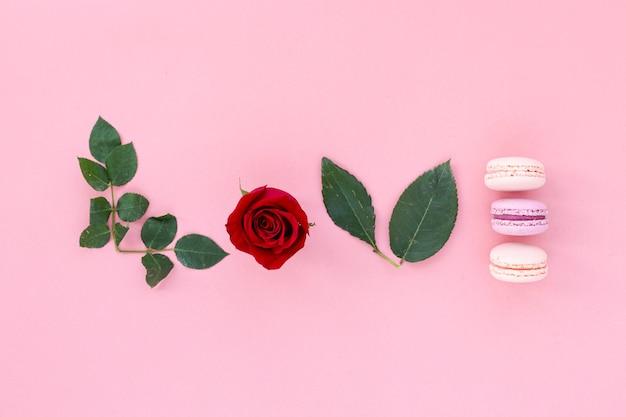 Vista superior de rosa com macarons para dia dos namorados