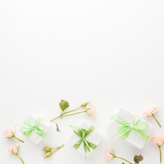 Vista superior de rosas com presentes e espaço de cópia