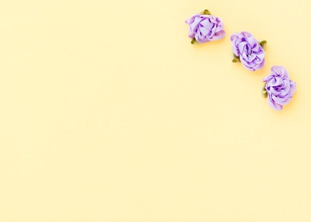 Vista superior de rosas de têxteis com espaço de cópia