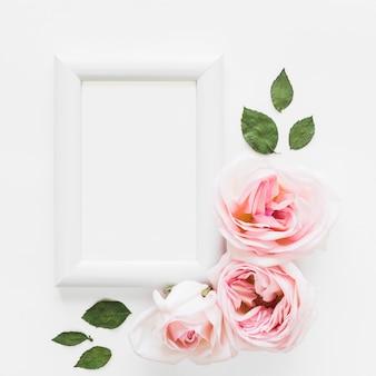 Vista superior de rosas e um quadro