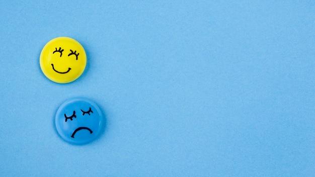 Vista superior de rostos com emoções e copie o espaço para segunda-feira azul