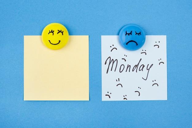 Vista superior de rostos com emoções e notas adesivas para segunda-feira azul