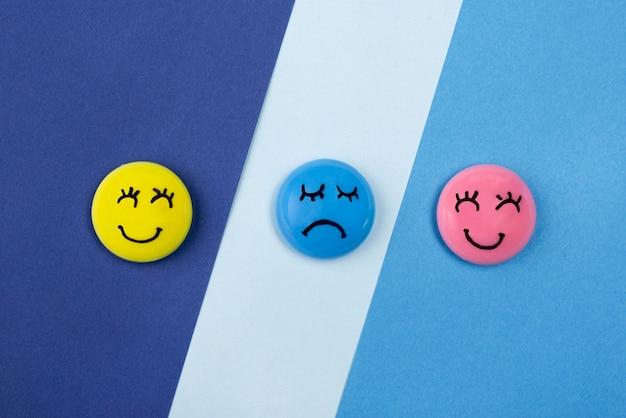 Vista superior de rostos sorridentes e carrancudos