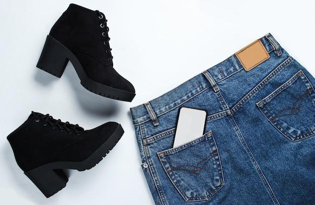 Vista superior de roupas da moda e smartphone