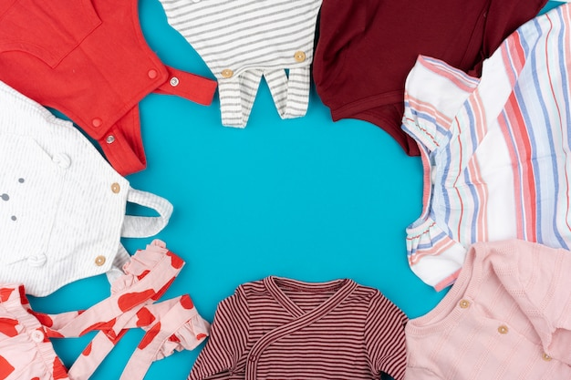 Vista superior de roupas de bebê em azul