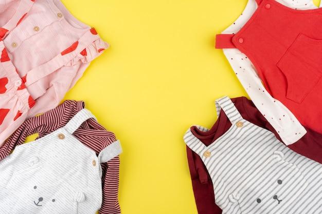 Vista superior de roupas de bebê menina
