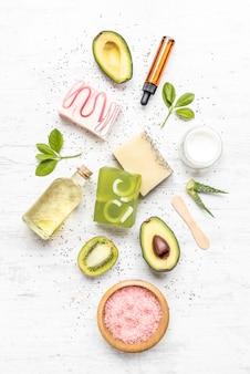 Vista superior de sabonetes orgânicos e cosméticos organizados com lavanda, ervas, sementes de chia e óleos essenciais.