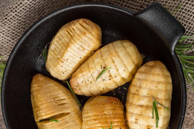 Vista superior de saborosas batatas na tigela