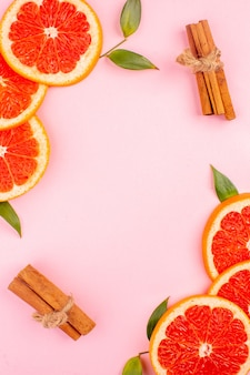 Vista superior de saborosas toranjas na superfície rosa