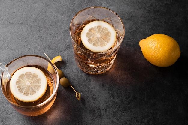 Vista superior de saborosos coquetéis alcoólicos