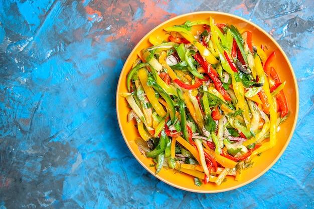 Vista superior de saborosos vegetais na superfície escura