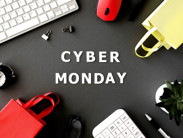 Vista superior de sacolas de compras com teclado e mouse para cyber segunda-feira