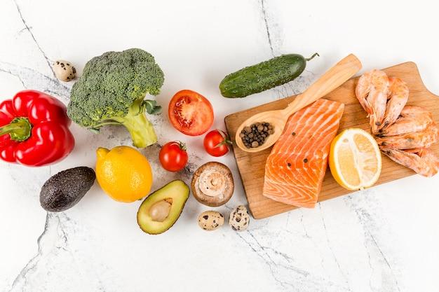 Vista superior de salmão com camarão e legumes
