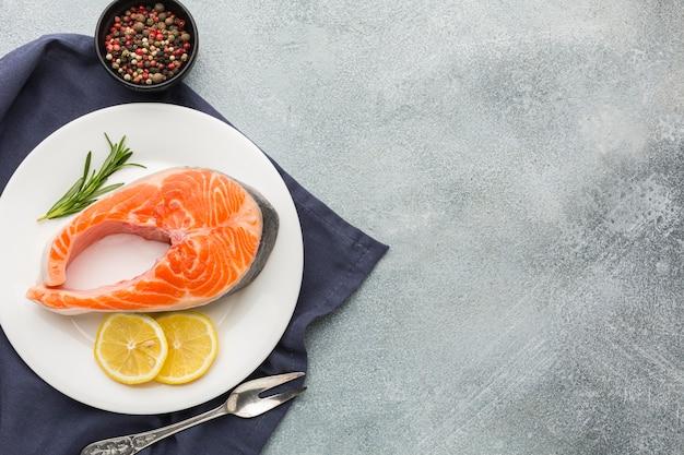 Vista superior de salmão e limão no prato