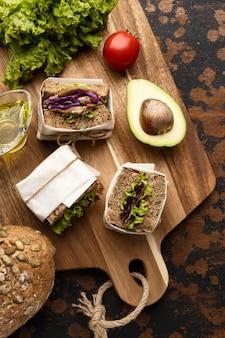 Vista superior de sanduíches com abacate e tomate