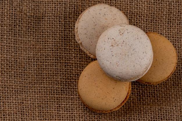Vista superior de sanduíches de biscoito no fundo do saco de carvão com espaço de cópia