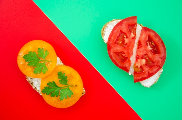 Vista superior de sanduíches de tomate suculento