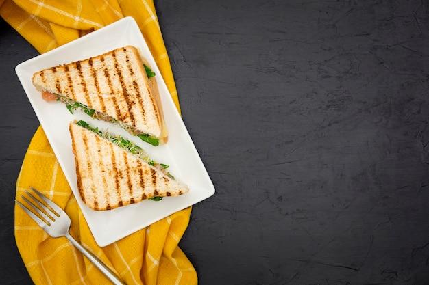 Vista superior de sanduíches triangulares com espaço de cópia