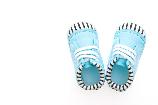 Vista superior de sapatas de bebê azul