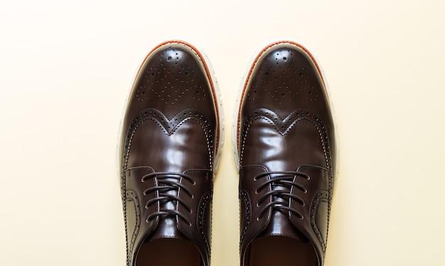Vista superior de sapatos formais de couro marrom da moda masculina