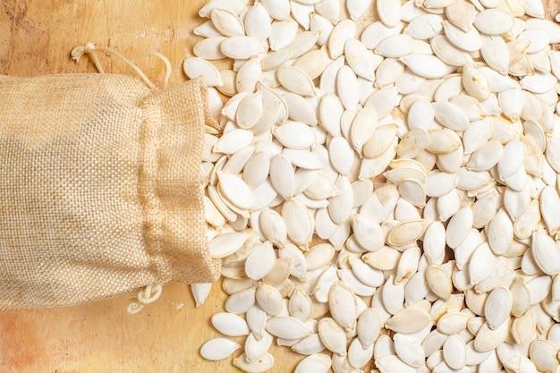 Vista superior de sementes frescas alinhadas em uma mesa de madeira