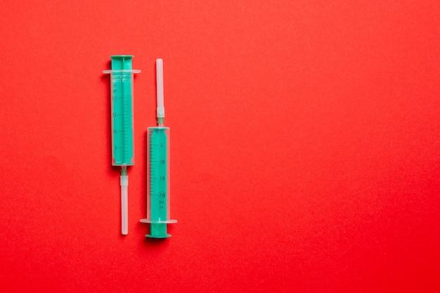 Vista superior de seringas consecutivas para injeção médica em colorido
