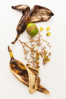 Vista superior de sobras de casca de banana velha