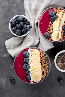 Vista superior de sobremesas de café da manhã com cereais e mirtilos