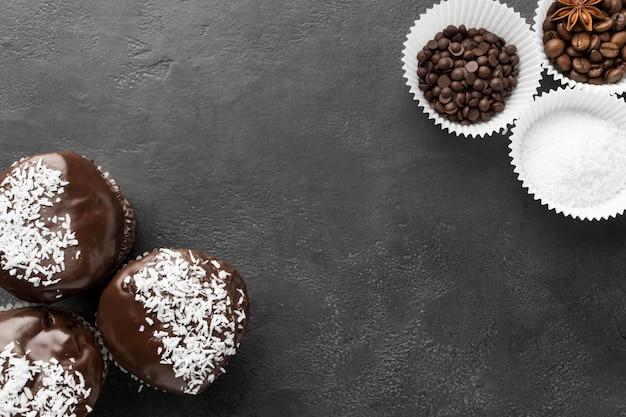 Vista superior de sobremesas de chocolate com grãos de café